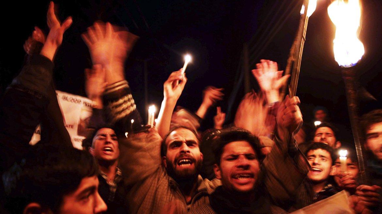 Musulmanes chiitas participan en una protesta en las afueras de Srinagar, capital de verano de Cachemira, India