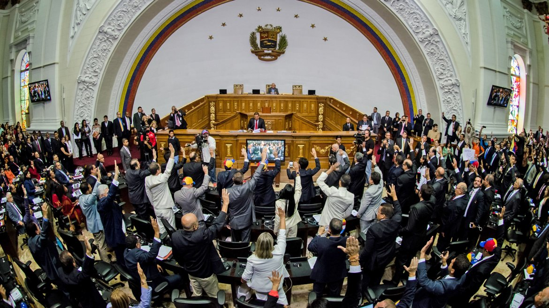 Diputados toman juramento de sus cargos durante la instalación de la Asamblea Nacional, en Caracas, Venezuela