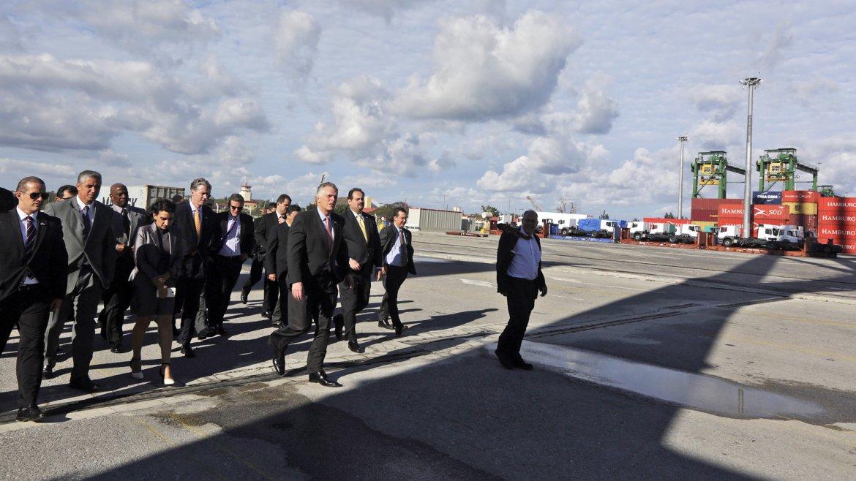 El gobernador del estado de Virginia (Estados Unidos), Terry McAuliffe, realiza un recorrido por la Terminal de Contenedores del Puerto de Mariel, en Artemisa (Cuba). McAuliffe se encuentra en la capital cubana al frente de una delegación comercial que buscará reforzar los vínculos comerciales