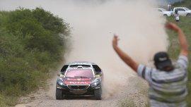El francés Sebastien Loeb, líder de la clasificación general en autos, es saludado por un aficionado en Jujuy