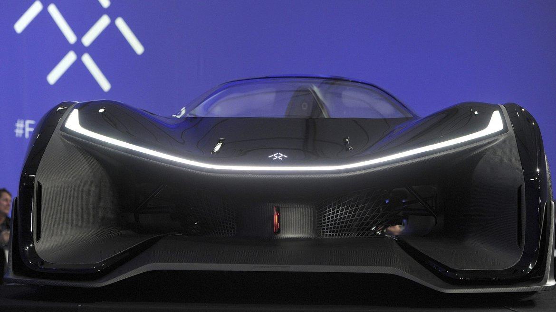 El FFZERO1, un auto extraordinariamente plano cuyo parecido al Batmóvil es más que evidente, protagonista de la feria CES de Las Vegas