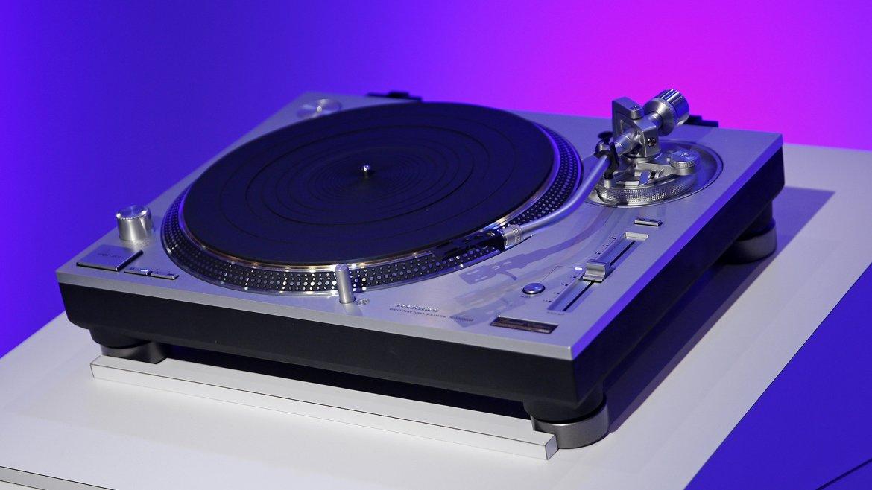 Panasonic presentó un espectacular  tocadiscos de gama alta, mostrando la coexistencia  de los servicios streaming con el clásico ritual de la escucha en  vinilos