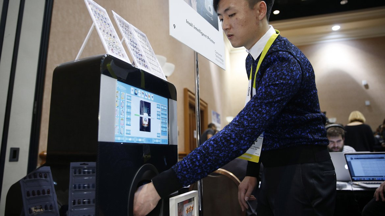 Yihang Shen prueba la impresora de uñas inteligente Inail