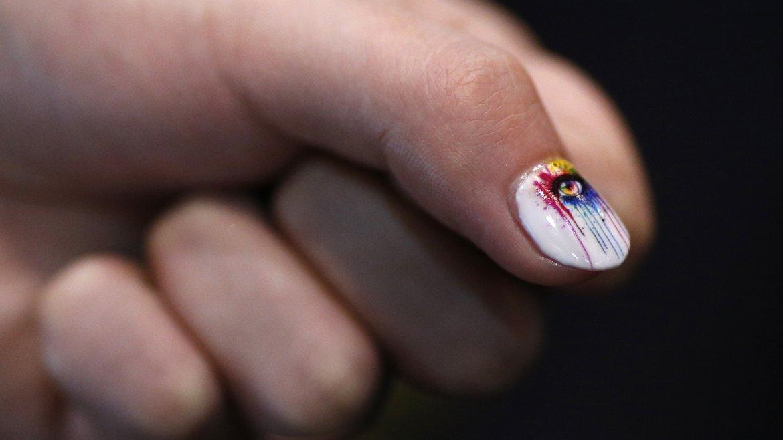 Detalle de una uña pintada con la impresora inteligente Inail
