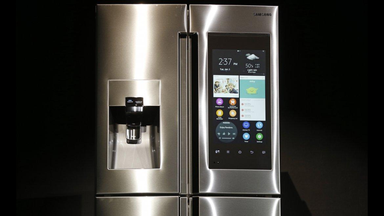 Una heladera de Samsung con pantalla de 21,5 para ver TV, fotos, aplicaciones o dejar notas. Saca fotos del interior para que nadie se olvide de comprar en el supermercado los productos que faltan
