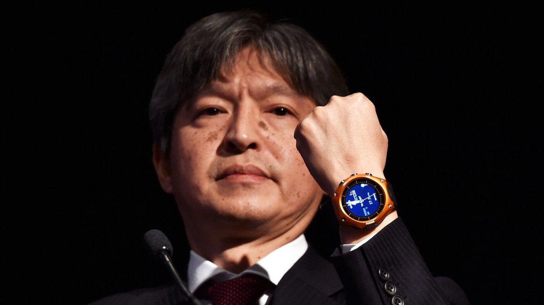 Kazuhiro Kashio, CEO de Casio, muestra el smartwatch WSD-F10