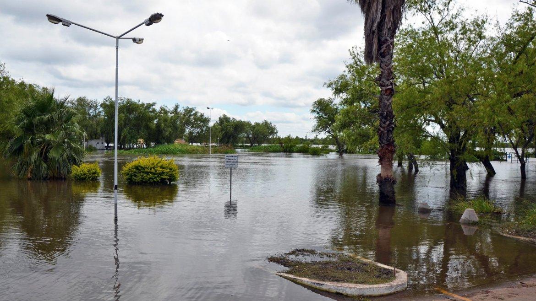 El río Paraná comenzó a bajar en la costa de la ciudad homónima, aunque mantiene un nivel alto en algunas zonas
