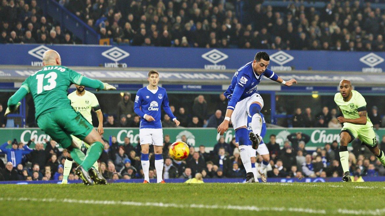 Funes Mori abrió el marcador en el triunfo 2-1 del Everton sobre el Manchester City de Agüero