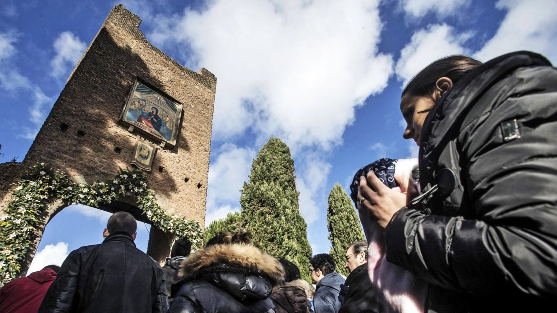 Fieles asisten a la apertura de la Puerta Santa del Santuario de Nuestra Señora del Divino Amor, en Roma, Italia