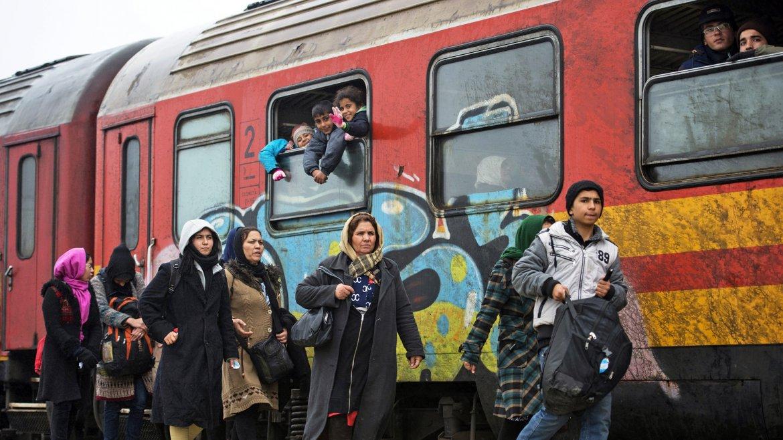 Varios refugiados toman el tren en la estación de Gevgelija, Macedonia, con destino a Serbia