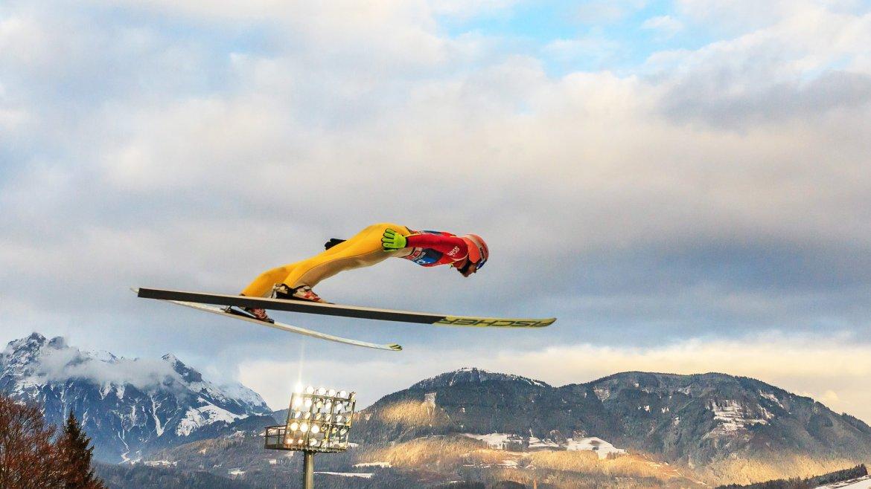 Dawid Kubacki de Polonia durante su salto de la cuarta etapa del torneo de esquí de Four Hills, en Bischofshofen, Austria