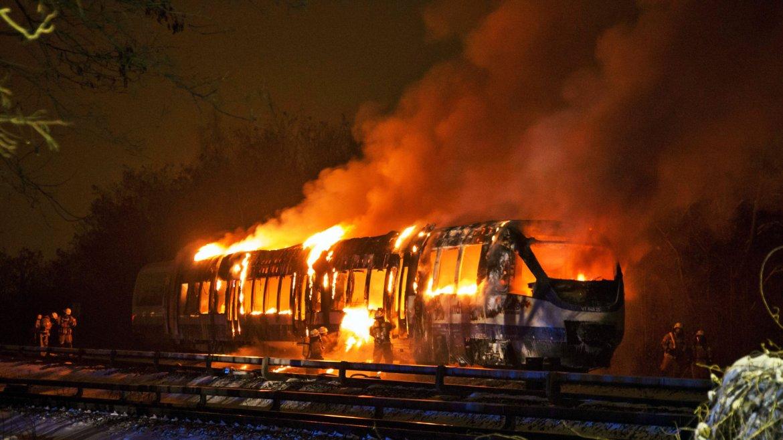 Un grupo de bomberos intentan apagar un tren regional incendiado en Berlín, Alemania. Los 180 pasajeros lograron abandonar el tren sin sufrir lesiones graves