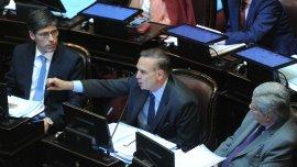 Miguel Pichetto habla ante la atenta mirada de Juan Manuel Abal Medina