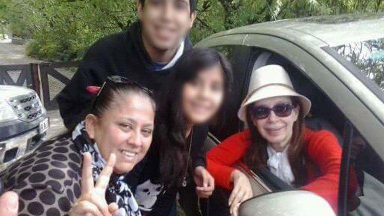 Cada día, militantes esperan por Cristina Kirchner en la puerta de su casa en El Calafate