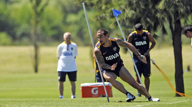 Daniel Osvaldo arrancó el día practicando a la par de sus compañeros en Boca, después de llegar ayer por la tarde al predio de Cardales