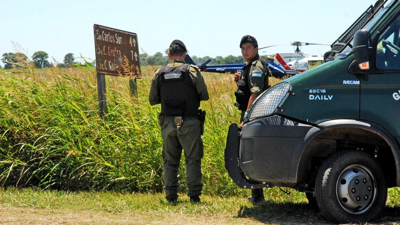 Un tiroteo y una persecución por el interior de la provincia de Santa Fe ocurrió esta mañana entre tres delincuentes y gendarmes que realizaban operativos y allanamientos en búsqueda de los hermanos Lanatta y Víctor Schillaci