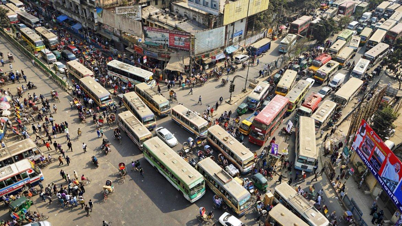 Vista aérea de un gran atasco en una intersección de Dacca, Bangladesh, durante una jornada de huelga general