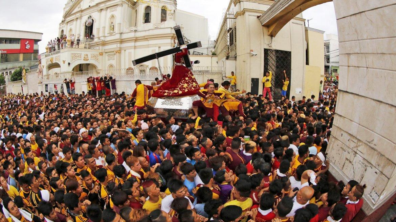 Filipinos portan a hombros una réplica del Cristo del Nazareno Negro durante los preparativos para la procesión del Nazareno Negro, en Manila