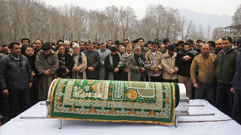 Una multitud llora la muerte del jefe de Gobierno de la disputada Cachemira india y primer musulmán en ocupar el cargo de ministro de Interior en la India, Mufti Mohammad Sayeed, durante su funeral en Srinagar