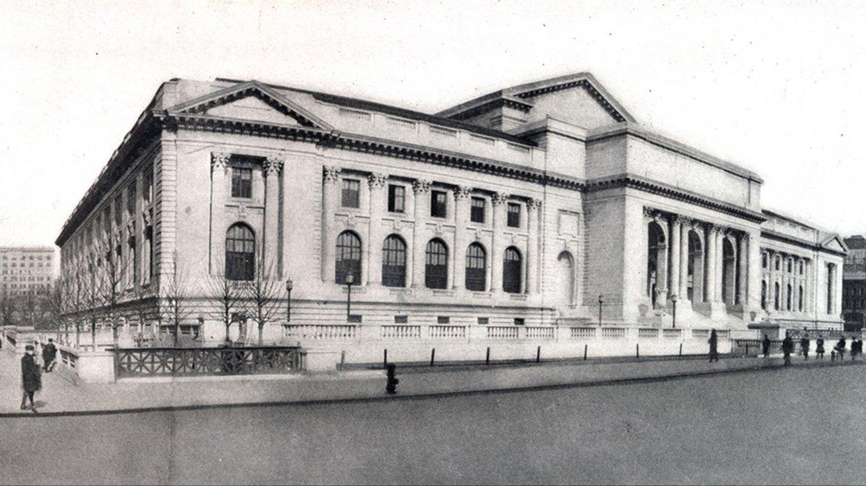 En la Quinta Avenida y la calle 40 Oeste, el edificio de la Biblioteca Pública de Nueva York que abrió al público por primera vez el 23 de mayo de 1911