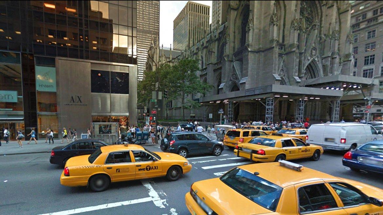 La Catedral de San Patricio en la calle 51 Este en 2015. El edificio de la izquierda hoy alberga una tienda de joyas de lujo