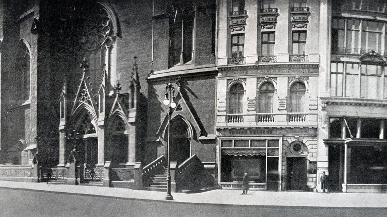 Entre las calles 55 y 56 Oeste, la entrada de la Iglesia Presbiteriana (a la izquierda) en 1911