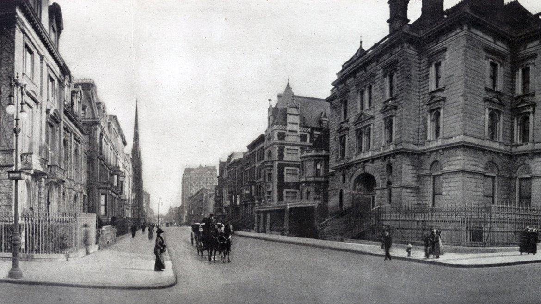 En 1911 la intersección de la Quinta Avenida y la 57 Este, estaba repleta de residencias privadas