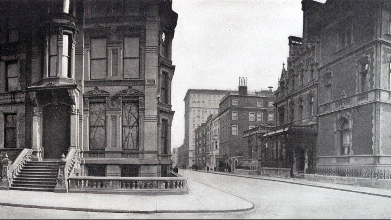 La Quinta Avenida y la 61 Este, frente al Central Park (visible en los reflejos de los vidrios) en 1910