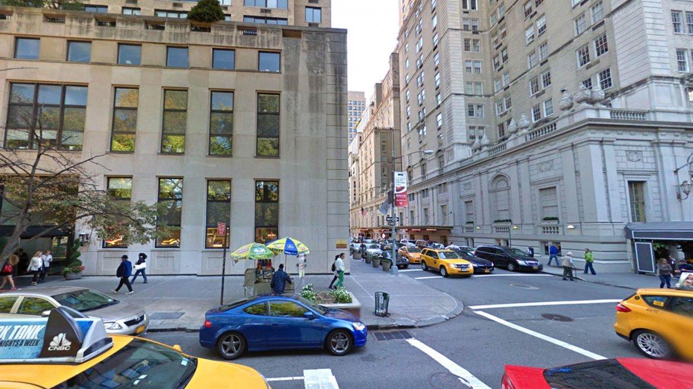 La Quinta Avenida y la 61 Este, frente al Central Park (visible en los reflejos de los vidrios) en la actualidad