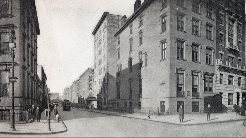 Así lucía la esquina de la Quinta Avenida y la calle 8 Oeste en 1911