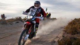 El piloto de Salta hizo historia al ganar una etapa en motos.