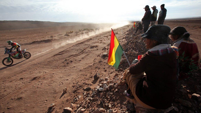 Jóvenes bolivianos observan el paso del boliviano Juan Salvatierra