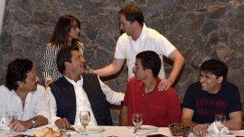 El ex candidato a vicepresidente del FR Gustavo Sáenz, Sergio Massa, Juan Manuel Urtubey y Diego Bossio, en un asado en Pinamar