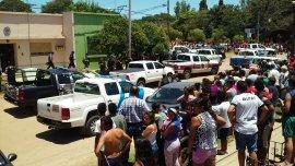 Una muchedumbre se agolpó en las puertas de la comisaría de Cayastá tras la detención de Martín Lanatta.