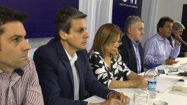 La presidente y el vice del bloque de Diputados del Frente Renovador, Graciela Camaño y Alejandro Grandinetti, sentados junto al ex tenista Agustín Calleri (izquierda), y Sergio Massa (derecha)