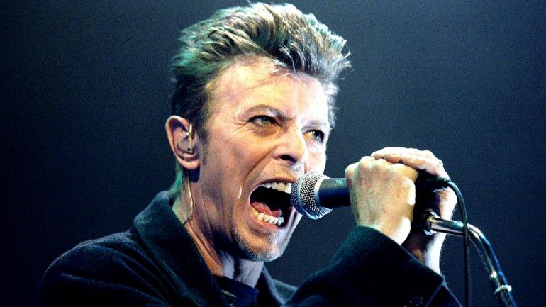 David Bowie durante un concierto en 1996