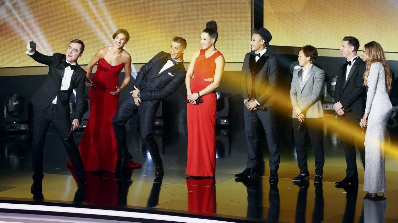 El presentador de la ceremonia, el actor británico James Nesbitt, se toma una selfie con los nominados