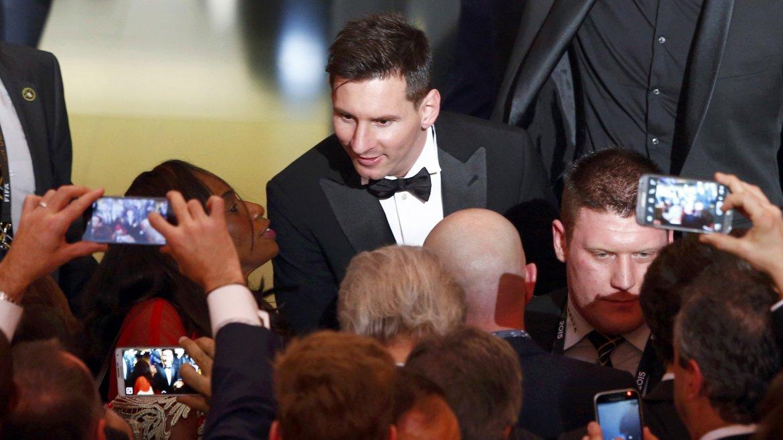 Lionel Messi saluda a los invitados a su llegada a la ceremonia en Zúrich