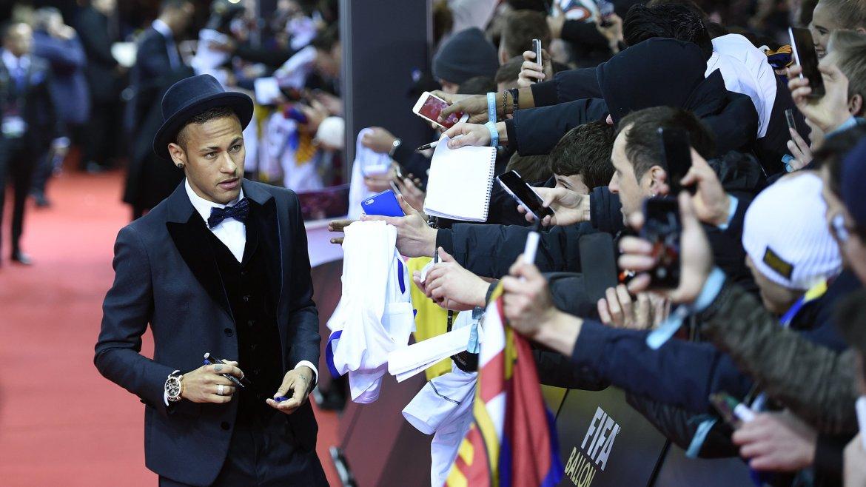 El brasileño Neymar saluda a los fanáticos en la antesala de la ceremonia en Zúrich