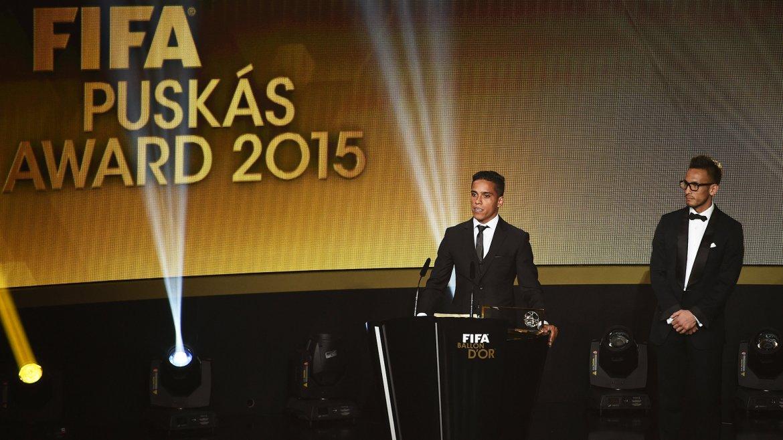 El brasileño Wendell Lira recibió el premio Puskas al mejor gol del 2015