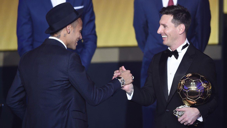 El brasileño Neymar, también nominado, saluda a Lionel Messi tras recibir el premio