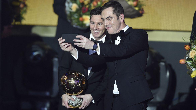 El presentador de la ceremonia, el actor británico James Nesbitt, se toma una selfie junto a Lionel Messi