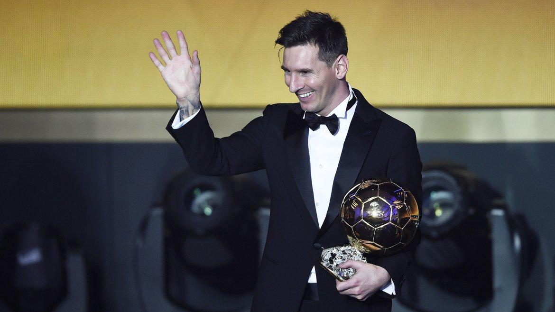 Messi fue reconocido por la FIFA como el mejor jugador del mundo en 2015, año en el que celebró cinco títulos con Barcelona y marcó nuevos récords mundiales
