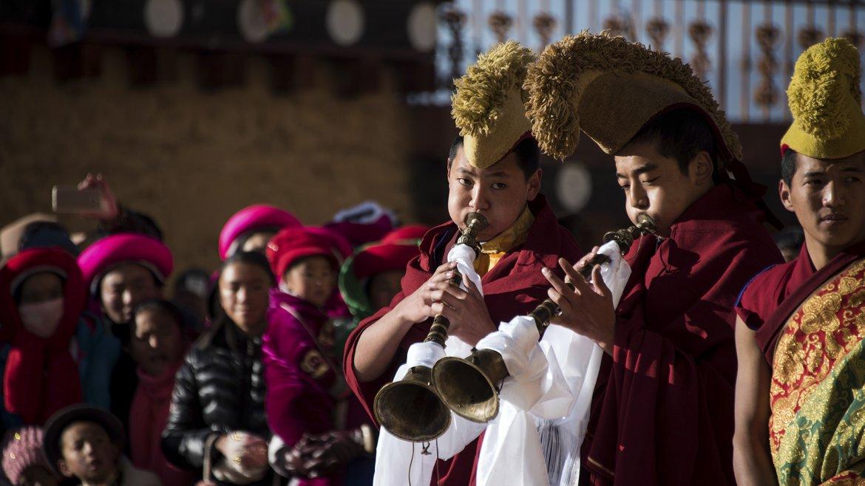 Una ceremonia en la que participan lamas y tibetanos, quienes realizan una danza religiosa llamadachamal son de los címbalos, tambores y trompas tocada por los lamas