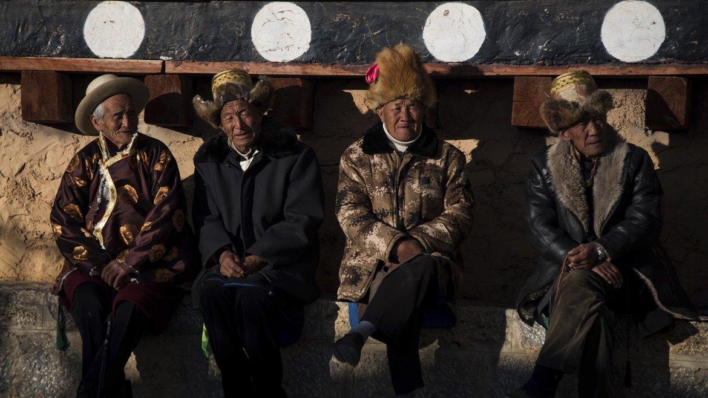 Los ancianos contemplan la celebración