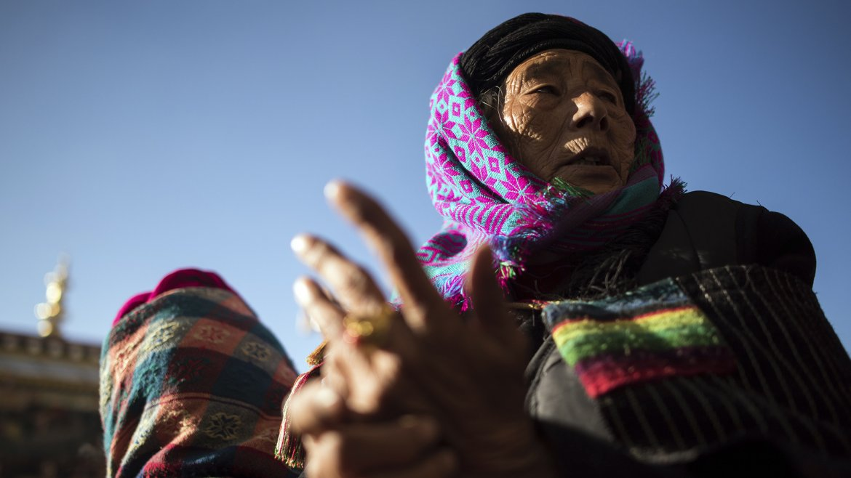 Aqui vemos a una anciana contemplando las danzas que se desarrollan durante el festival