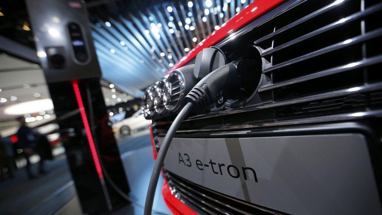 Un Audi A3 e-tron es expuesto mientras recarga sus baterias