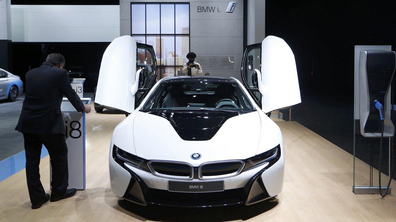 Un BMW i8 con una particular forma en la abertura de sus puertas