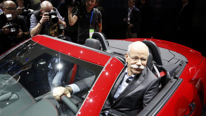 Dr. Dieter Zetsche, Presidente del Consejo de Daimler AG y jefe de Mercedes-Benz, sentado en el SLC 2016 Mercedes-AMG 43