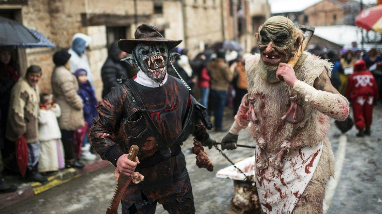 Aseguran que con máscaras espantan los malos espíritus de sus vidas